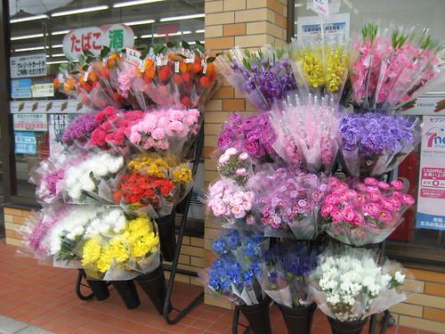 セブンイレブン 広島戸坂南店 店頭に造花が