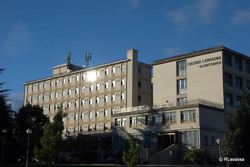 """Vista de la fachada del Colegio Larraona, de los PP. Claretianos, colegio y residencia universitaria, a la Avenida de Navarra, también conocida como """"La Variante""""."""