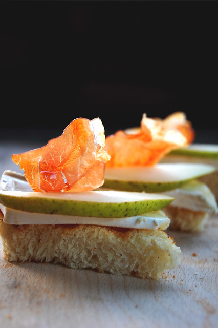 Crostini con brie, pere e prosciutto croccante