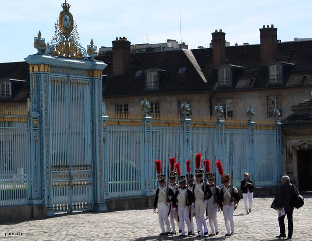 Grenadiers défilant devant la grille séparant la Cour Morland de la Cour d'Honneur