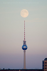 Full moon I (Ísis Martins) Tags: sunset sky moon berlin art arquitetura germany deutschland photography mond photo sonnenuntergang himmel céu pôrdosol alexanderplatz fernsehturm redondo turismo rund rai berlim alemanha vollmond archicteture moabit aufdemdach