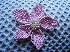 flor de macrame com fita bebê (E l i a n a R e i n a l d o) Tags: flores flor macrame croche grampo grampada flordecroche pérolasfolhastoalhasbarrado