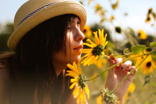 フリー写真素材, 人物, 女性, 人と花, 帽子・キャップ,