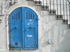 rue de bagnolet, porte de dessous (MAP66) Tags: réunion bagnolet portes serrures vitruve maraîchers
