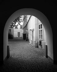 Einsicht (Tease 2 0 1 0) Tags: wien bw house austria blackwhite sterreich noiretblanc pavement arc haus nb sw cobbles pflaster noirblanc bogen vieanna schwarzweis 24105mm eos5dmkii