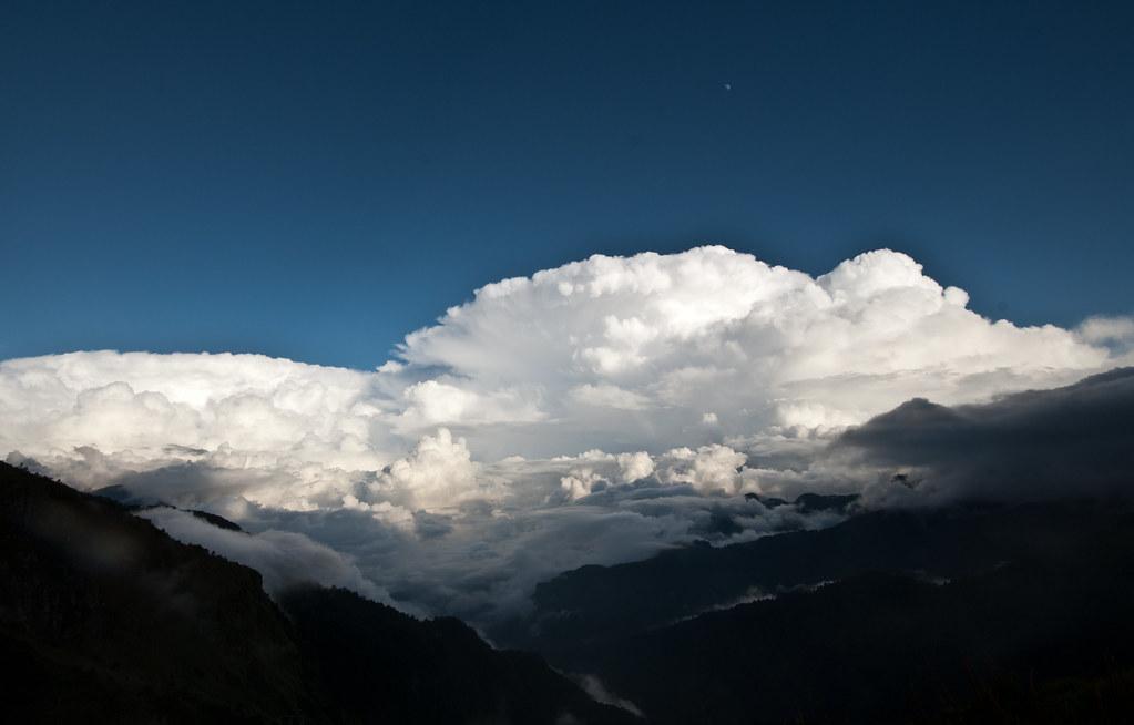 像蘑菇一樣的白雲籠罩著花蓮方向