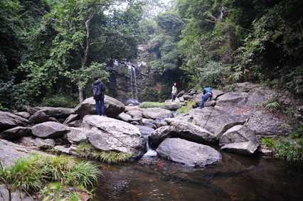 巨岩の奥に新娘潭(Bride's Pool)の滝