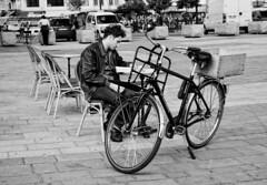 un chico y una bicicleta.... (Leonorgb) Tags: canon calle leo bicicleta chico francia hombre cafetera pars lectura saintdenis robado
