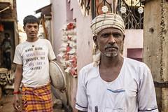 BADAMI : HOMMES AU TRAVAIL (pierre.arnoldi) Tags: inde india pierrearnoldi badami karnataka portraitdhomme portraitsderue photooriginale photocouleur canon