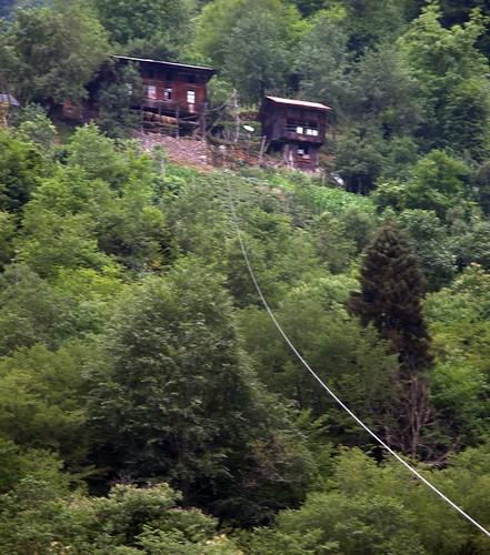 DSCN0626 Maisons avec câble, Monts Kaçkar
