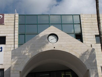 השעון שבחזית בניין הקניונית