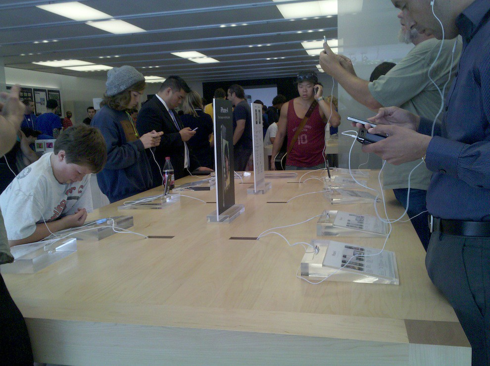 Day 1, Finally getting their hands on the IPhone 4.