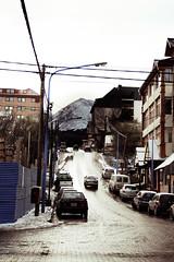 Hay que remar igual en subida que en la bajada (roswel_Recopilatorio De Imagenes) Tags: viaje ushuaia calle nieve invierno autos frio cablesfeos