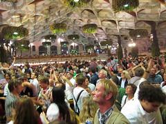 Hofbräu Festzelt - Feiernde