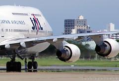 SIZES (Jose Rentería Cobos) Tags: airport ramp taxi aircraft aviation jet engine heat boeing fukuoka pe aeropuerto turbine 747 jal jumbo avion b747 japanairlines aviacion 30mm k7 rjff groundstaff justpentax ntax