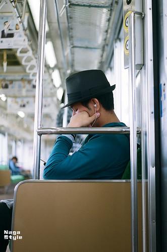 電車の中の若者