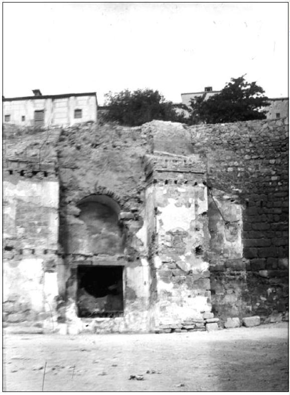 Descubrimiento de la Puerta de Alcántara al derribar unas casas que la ocultaban en 1911