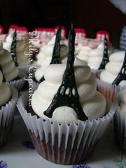 Torre Eiffel by Mily's Cupcakes (Mily'sCupcakes) Tags: avion weddingtorreeiffel cabinatelefonosinglesacajitassouvenirspalermosohomilyscupcakestopperswrappers