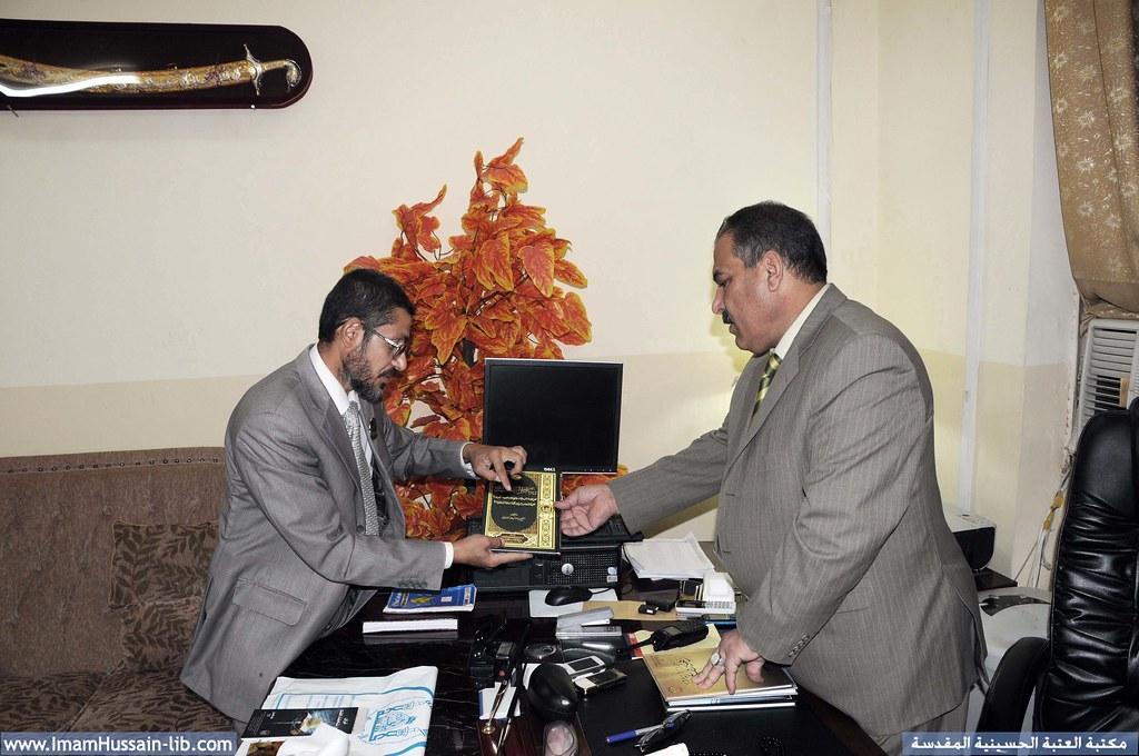 إهداء إصدارات قسم الشؤون الفكرية والثقافية للعتبة الحسينية المقدسة الى أحد المسؤولين في الجهات الامنية