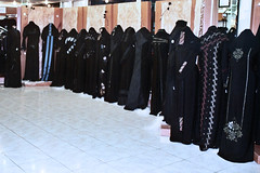 Stylish Abayas - Abu Dhabi 2006 (Lauras Eye) Tags: uae middleeast hijab abaya unitedarabemirates arabianpeninsula arabwomensfashions