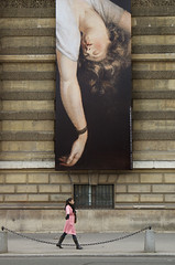 Beau geste (Bernard Chevalier) Tags: street paris rose femme muse peinture abandon publicit ville faade lelouvre trottoir urbain fresque dcor parisienne classique lgance geste passante