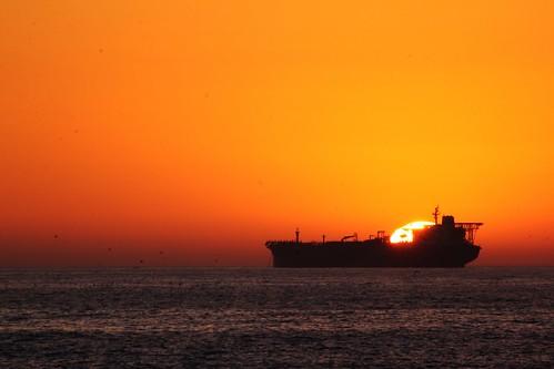 [フリー画像] 乗り物, 船・船舶, 貨物船, 夕日・夕焼け・日没, 201101302300