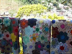 * Colchas de retalhos (Carla Cordeiro) Tags: handmade feitomo patchwork grandmasgarden vidasimples hexgono jardimdavov linhaagulha hexies agulhalinha grandmothersflowersgarden minhasletrinhas