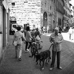 08i0617 (photo & life) Tags: italia italie europe jfl photography photolife™ fujifilm fujinon fujifilmxpro2 fujinonxf14mmf28r ville city street streetphotography florence firenze toscane blackandwhite noiretblanc humanistphotography squareformat squarephotography
