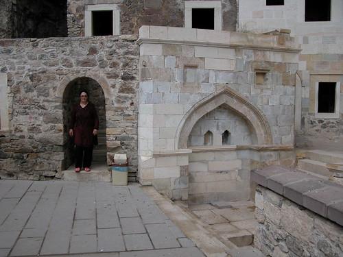 DSCN0240 Monastère de Sümela, bâtiments restaurés à gauche de l'église