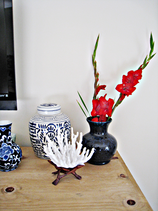 blue vases+blue and white floral+coral+red flowers+bedrrom decor ideas