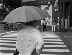 (It's Stefan) Tags: people blackandwhite bw woman blancoynegro monochrome lines japan lady umbrella kyoto waiting traffic noiretblanc crosswalk kansai biancoenero 黑与白 黑與白 siyahvebeyaz schwazweis 黒と白 ©stefanhöchst