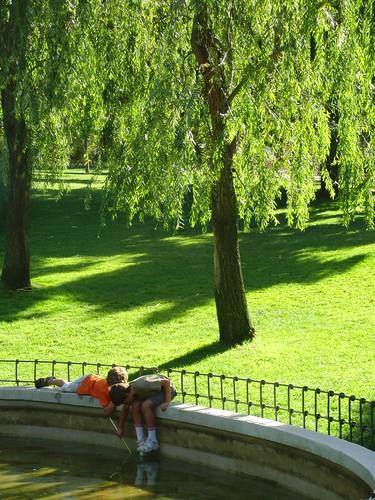 dos niños en el parque de berlín