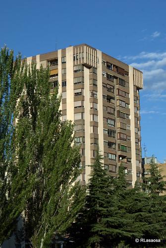 """Fachada de un edificio de viviendas sobre la Avenida de Navarra, también conocida como """"La Variante""""."""