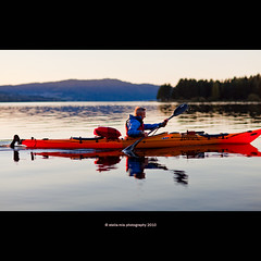 kayak (stella-mia) Tags: sunset sun lake reflection water norway evening droplets kayak dof eveningsun paddle 85mm paddling waterdroplets hamar mjsa  hightlight   canon5dmkii lakemjsa