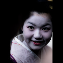 grin (Masahiro Makino) Tags: woman girl smile japan female photoshop canon eos japanese kyoto shrine makeup adobe  grin  kimono tamron 90mm f28 lightroom combfestival 40d yasuikonpiragu   20090928135727canoneos40d2ls640p