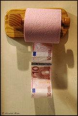 Don't waste money (Nicolas Blain) Tags: money argent billets consumrisme papiertoilettes