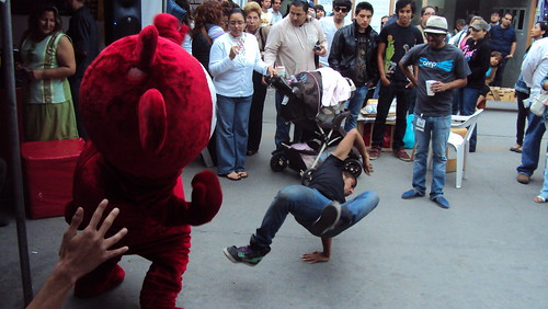 break dancing en el stand de Radio Global
