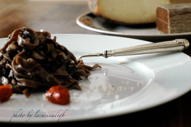 Tagliolini di grano arso e cacao con radicchio precoce, bottarga e pecorino