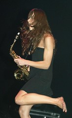 the zutons (all female barefoot musicians) Tags: feet nude stage nackt barefoot singer fsse bhne barfuss sngerin