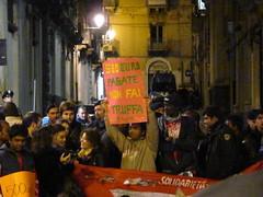 500 euro pagate non fai truffa (Andrei (tra le foglie) 2) Tags: la protesta catania manifestazione fini bossi contro truffa sanatoria