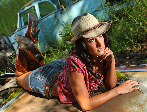 [フリー画像] 人物, 女性, 帽子・キャップ, 寝転ぶ, カウガール, アメリカ人, 201101291300