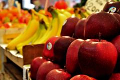 Un chilo di mele per favore! - A kilo of apples, please! (Immacolata Giordano) Tags: venice red orange apple fruits yellow nikon market banana giallo banane rosso venezia frutta mercato arancio rialto mela d5000
