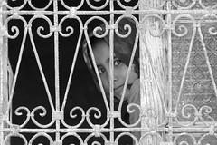 Shy (ramosblancor) Tags: humanos humans niña girl guapa beautiful cute smile sonrisa ventana window shy vergonzosa retrato portrait viajar travel amazigh tribus tribes blancoynegro blackandwhite bw valledelziz zizvalley marruecos morocco