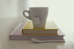 Keep Calm and drink tea (Graella) Tags: cup taza tasa te cafe coffee libros books llibres cuchara spoon cullera vajilla stilllife bodegon contraluz minimal minimalismo lectura read leer reading drink breakfast desayuno esmorzar teatime soft 7dwf