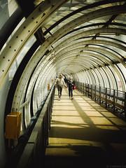 Dans le tunnel (Meculda) Tags: paris pompidou tunel personne couleur lumix