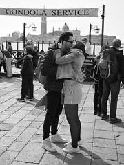 Venetian kiss (Franco & Lia) Tags: street fotografiadistrada photographiederue venezia veneto venice kiss bacio biancoenero noiretblanc blackandwhite