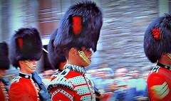 Coldstream Guards à la Tour de Londres. (Gérard Farenc (slowly back) !) Tags: tower tour london londres gb greatbritain grandebretagne angleterre city londontower eu extérieur soldats soldiers armée army