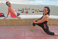 escenas de playa. (Luis Mª) Tags: mujeres escenasdelavida escenasdeplaya almería spain playa gimnasia afiiae