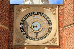 London Londres England : Hampton Court Palace, the astronomical clock of the courtyard of the clock,  l'horloge astronomique de la Cour de l'Horloge, Die astronomische Uhr des Hofes der Uhr (Histgeo) Tags: london londres england uk hamptoncourtpalace astronomicalclock coutyardoftheclock horlogeastronomique courdelhorloge astronomischeuhr palais château schloss histgeo