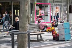 Kutz vor Arbeitsbeginn-bw_20170513_0729.jpg (Barbara Walzer) Tags: 130517 menschen leute arbeitswelt clown zeil